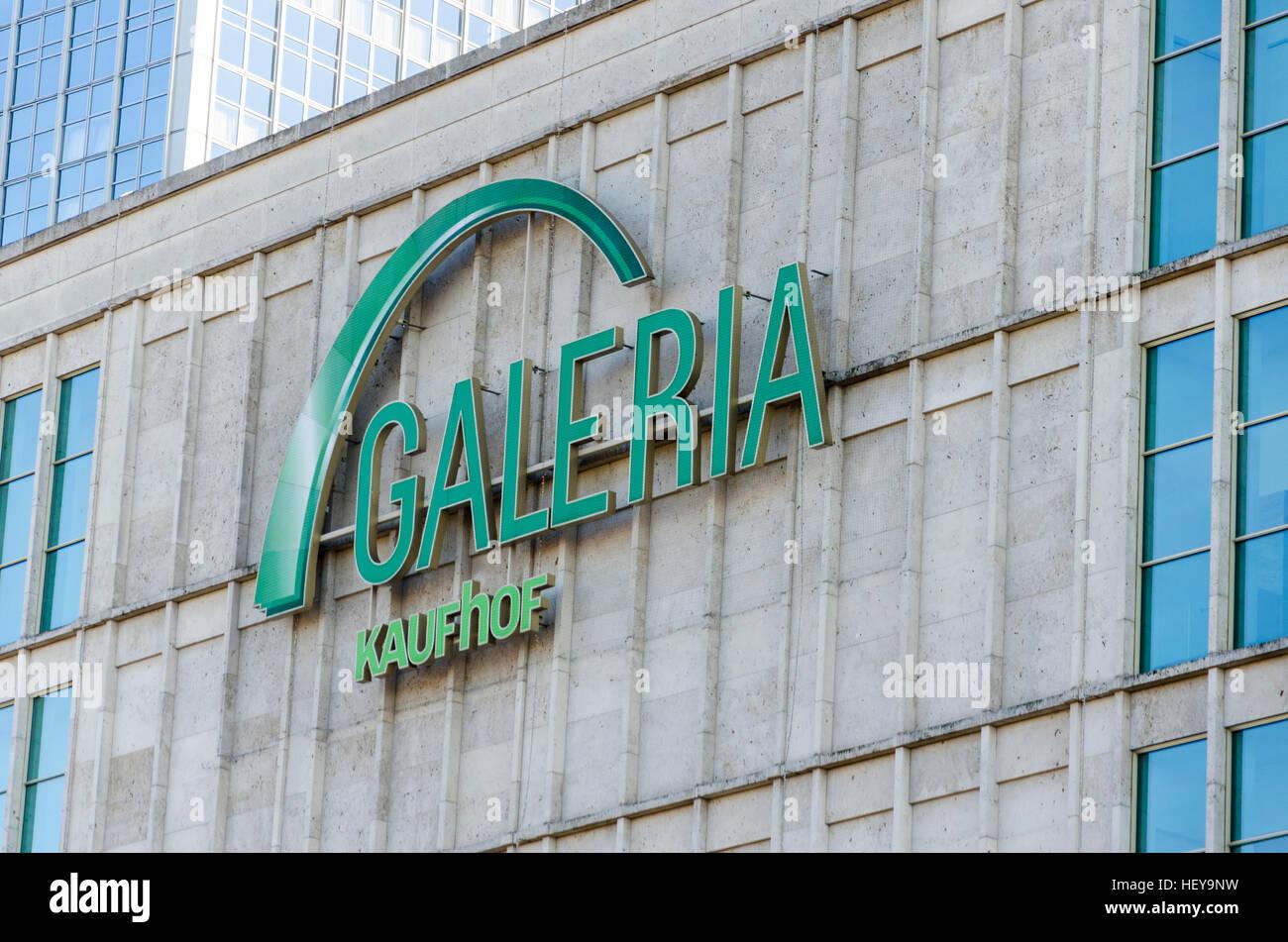 Signe extérieur Logo Galeria Kaufhof, grand magasin, boutique, détaillant. Alexanderplatz, Mitte, Berlin, Photo Stock