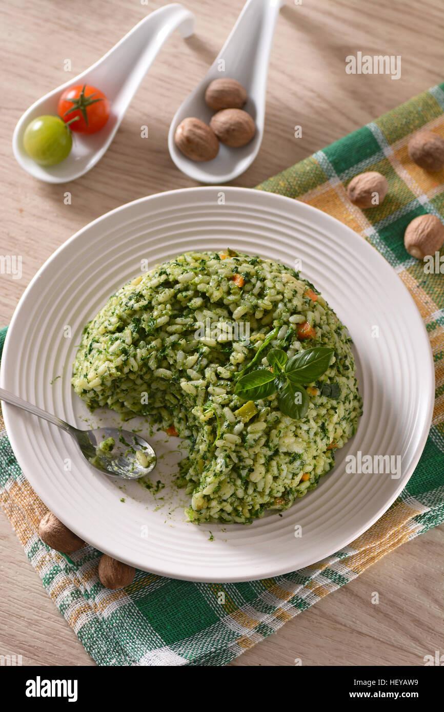 Riz aux épinards cuits au four - Recette italienne végétarienne Photo Stock