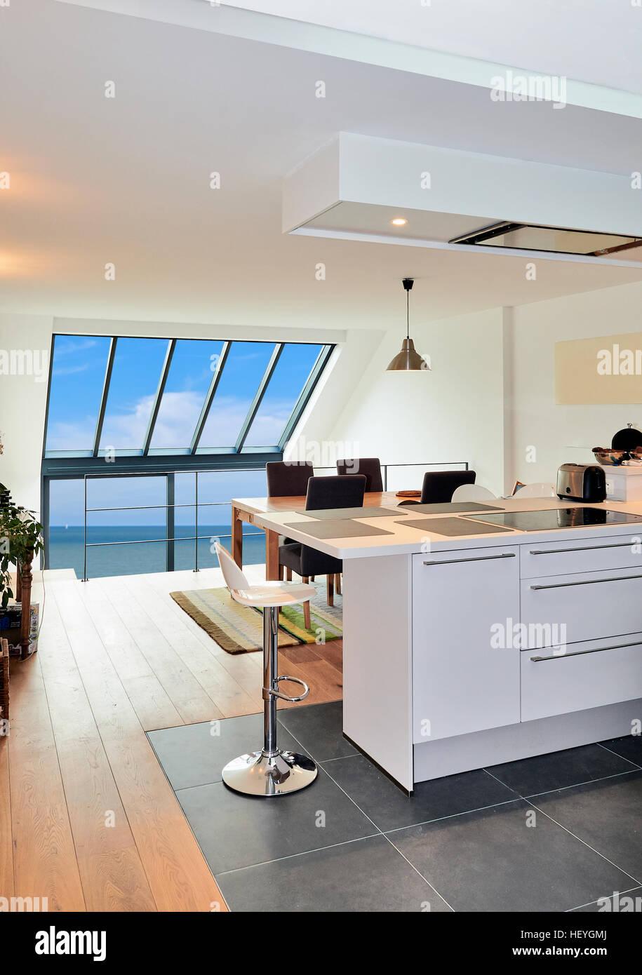 Cuisine ouverte moderne dans maison rénovée avec vue sur l\'océan a ...
