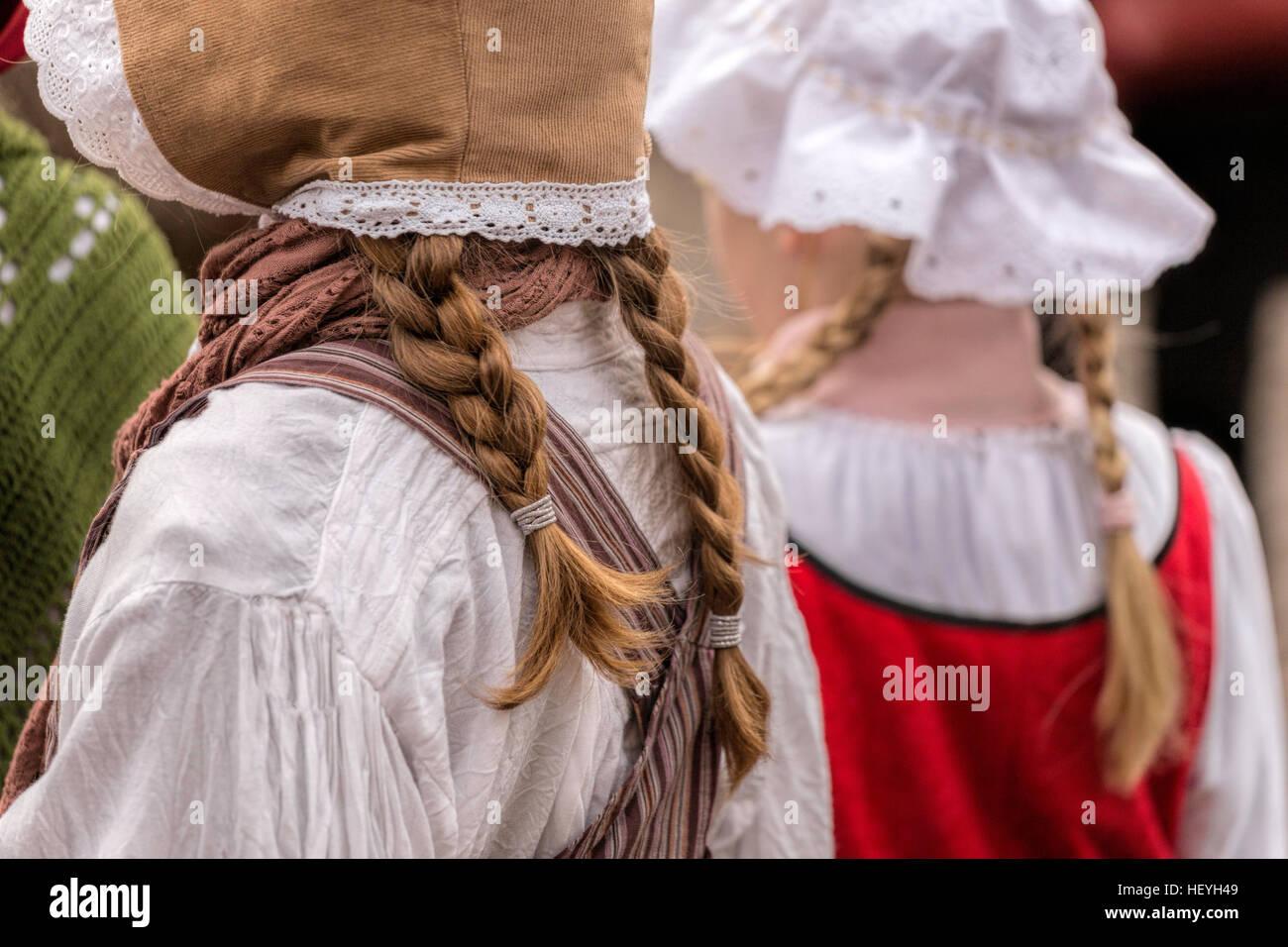 Les filles avec cheveux tressés et vêtus de vêtements du 19ème siècle au festival Dickens de Deventer, Overijssel, Pays-Bas. Banque D'Images