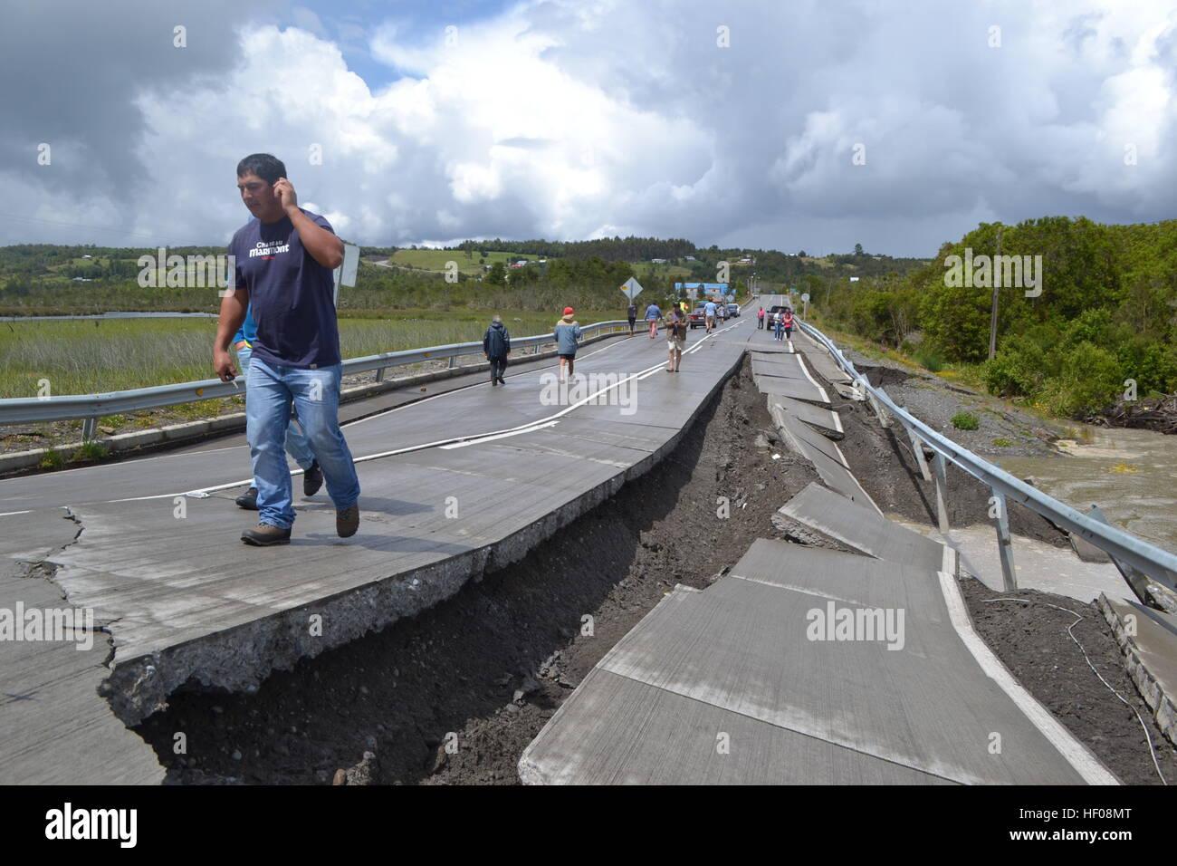Province de Chiloé, Chili. 25 Décembre, 2016. Les gens marchent sur la route 5 après un tremblement Photo Stock