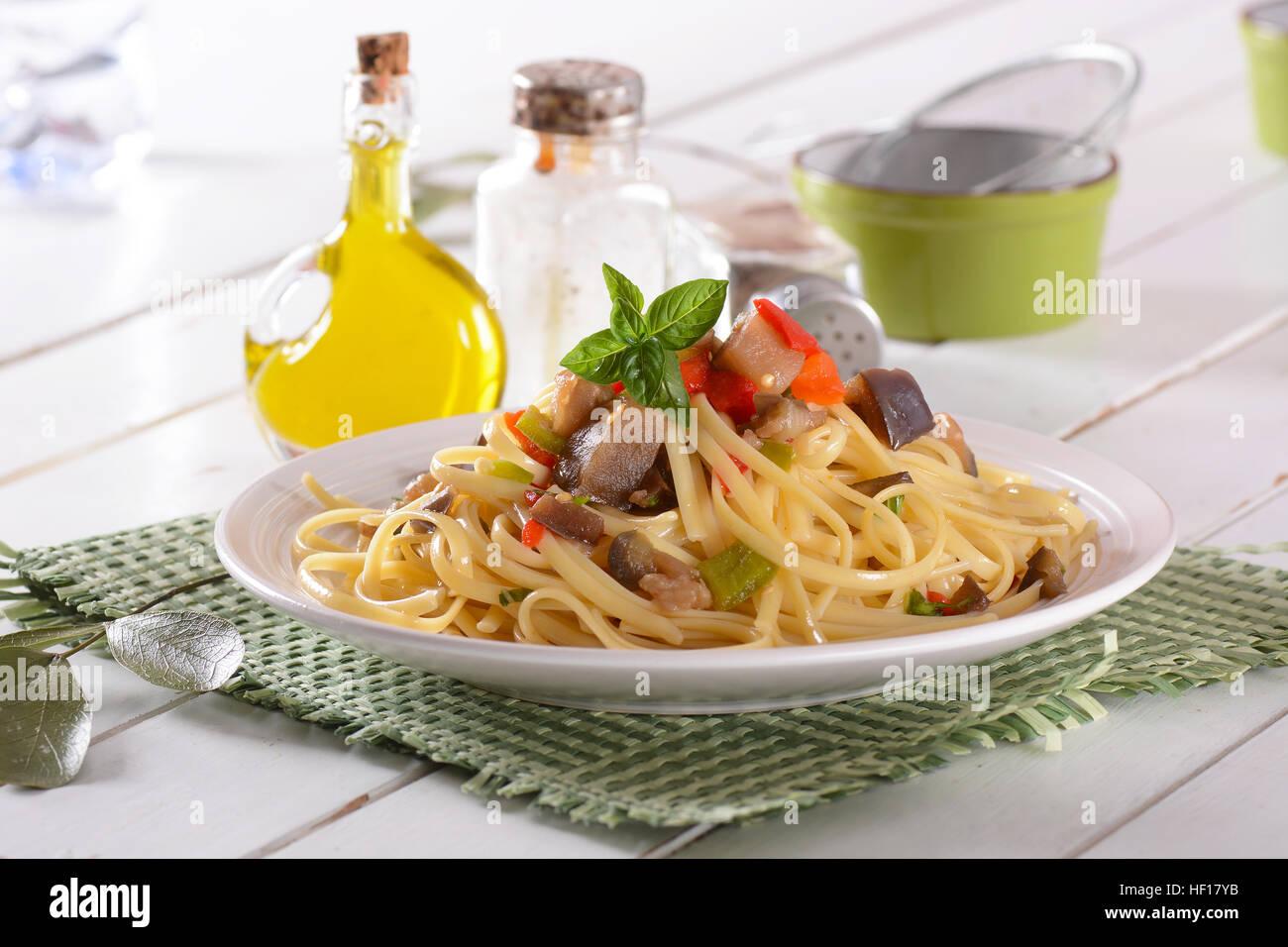 Spaghettis aux poivrons et aubergines - recette italienne Photo Stock