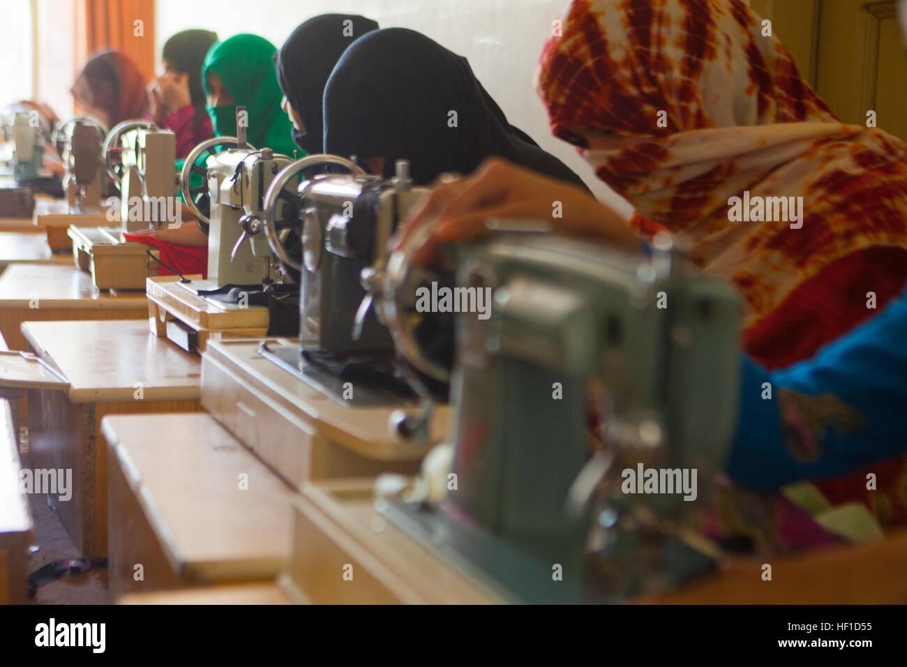 Un groupe de femmes afghanes à utiliser des machines à coudre pour