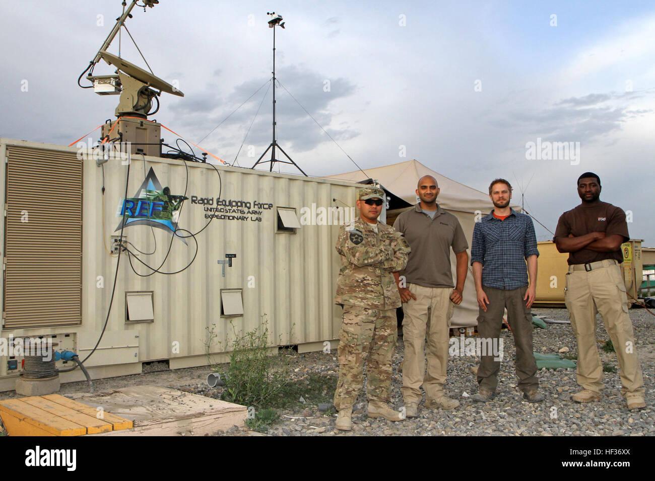 Certains membres de l'équipe de l'Armée de l'équipement rapide à la base d'opérations avancée Salerno posent devant Banque D'Images