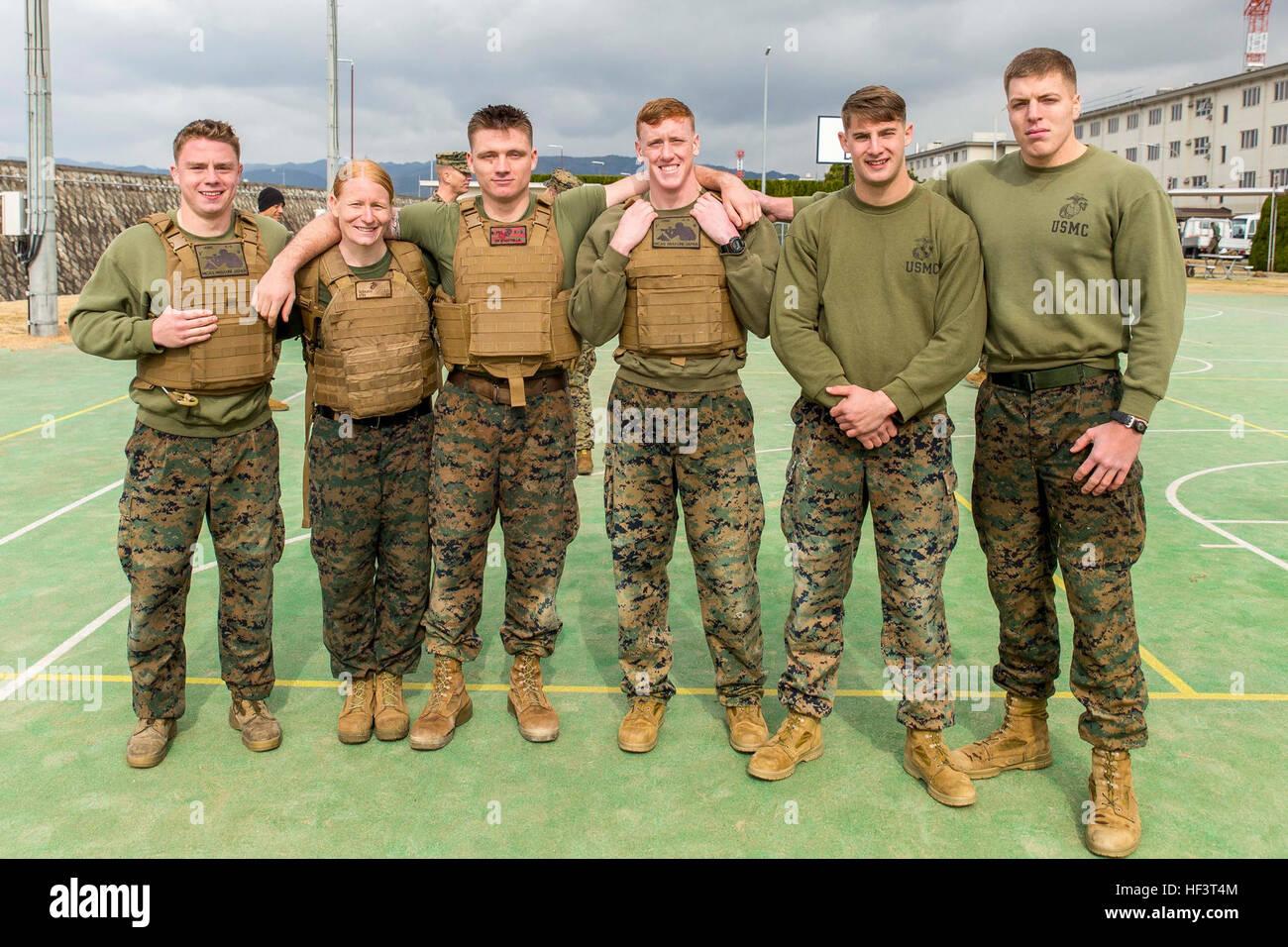 Marines avec le bureau du grand prévôt de lunité k 9 posent pour