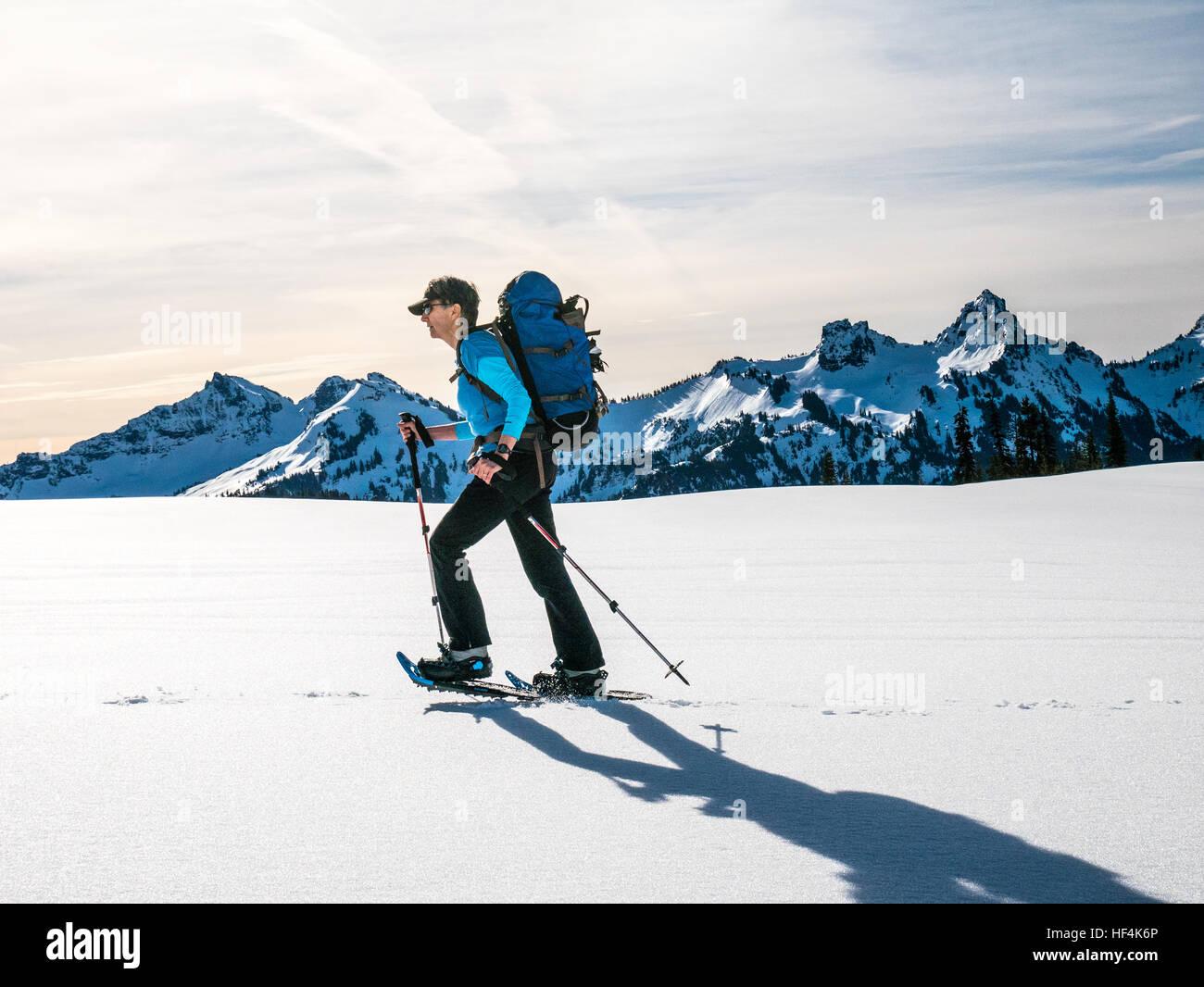 Une vieille femme en raquettes à neige dans le Nord de la chaîne des Cascades, l'État de Washington Photo Stock