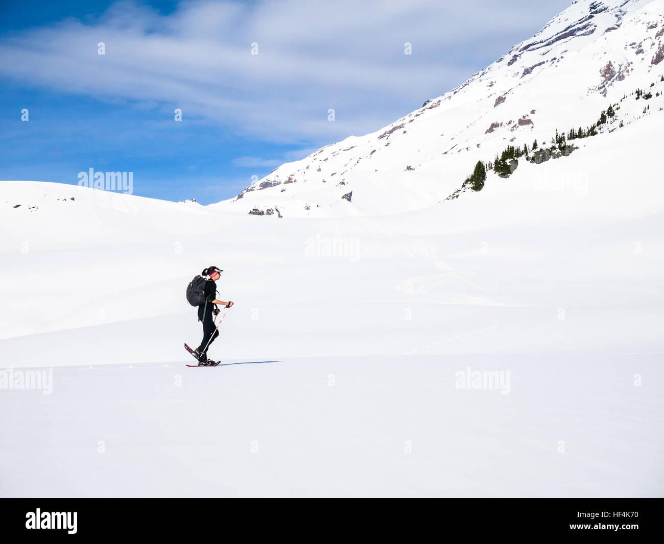 Une jeune femme en raquettes à neige dans les montagnes du Mont (Mt) Rainier National Park Photo Stock