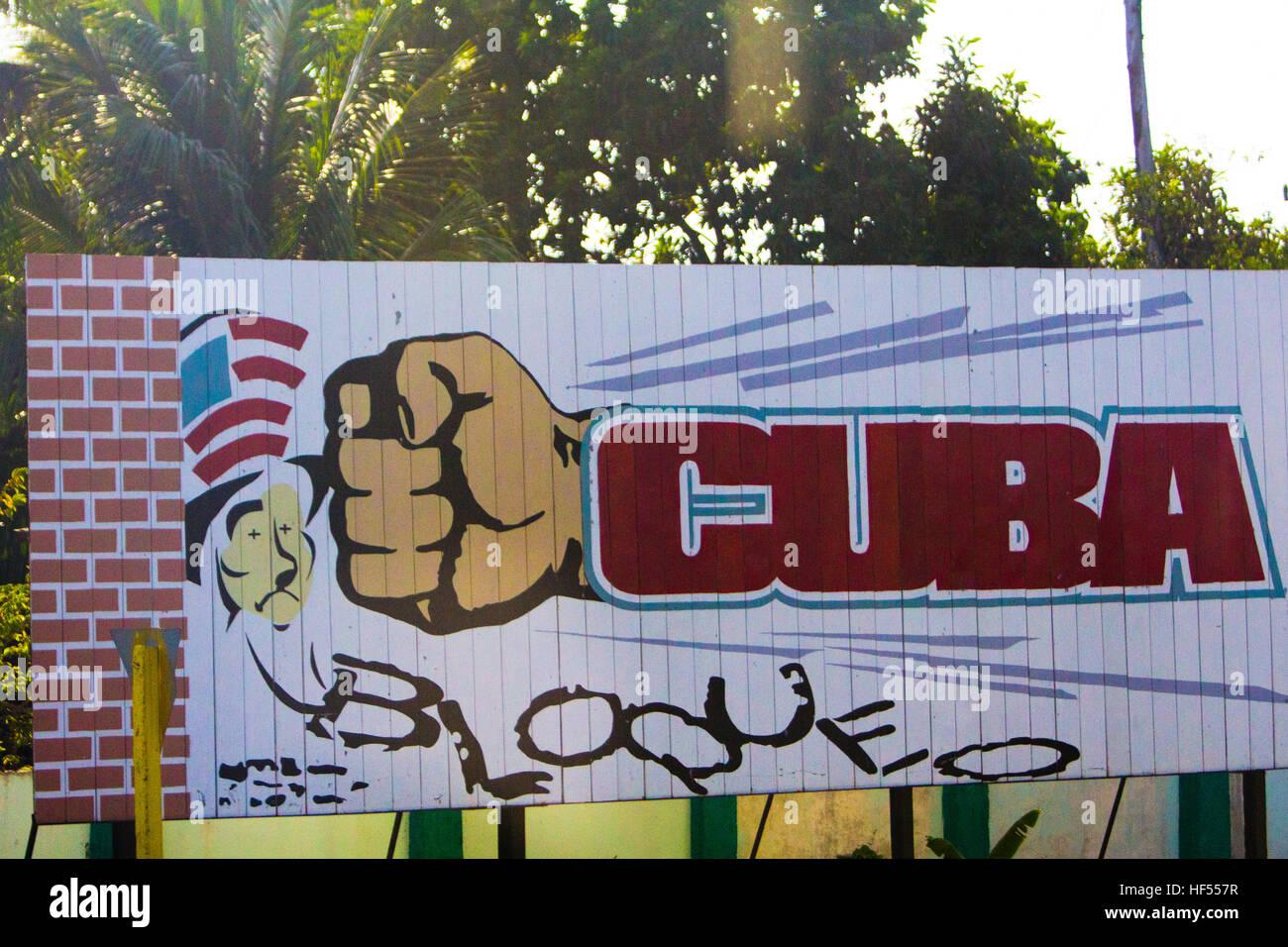 Un panneau contre l'embargo américain contre Cuba à Cienfuegos, Cuba Photo Stock