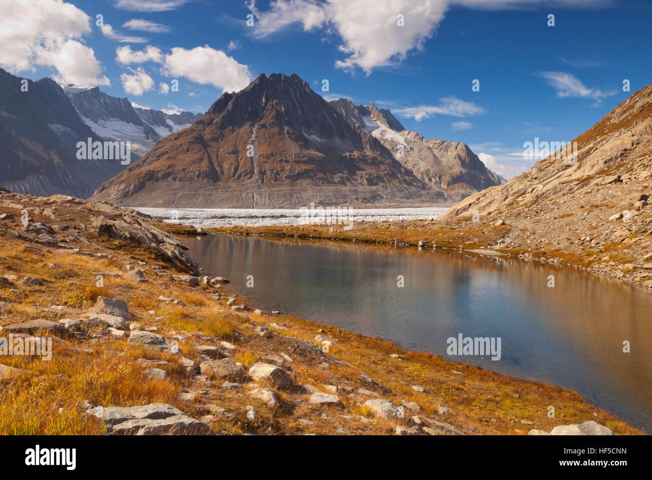Un petit lac le long du glacier dans les Alpes suisses. Photo Stock