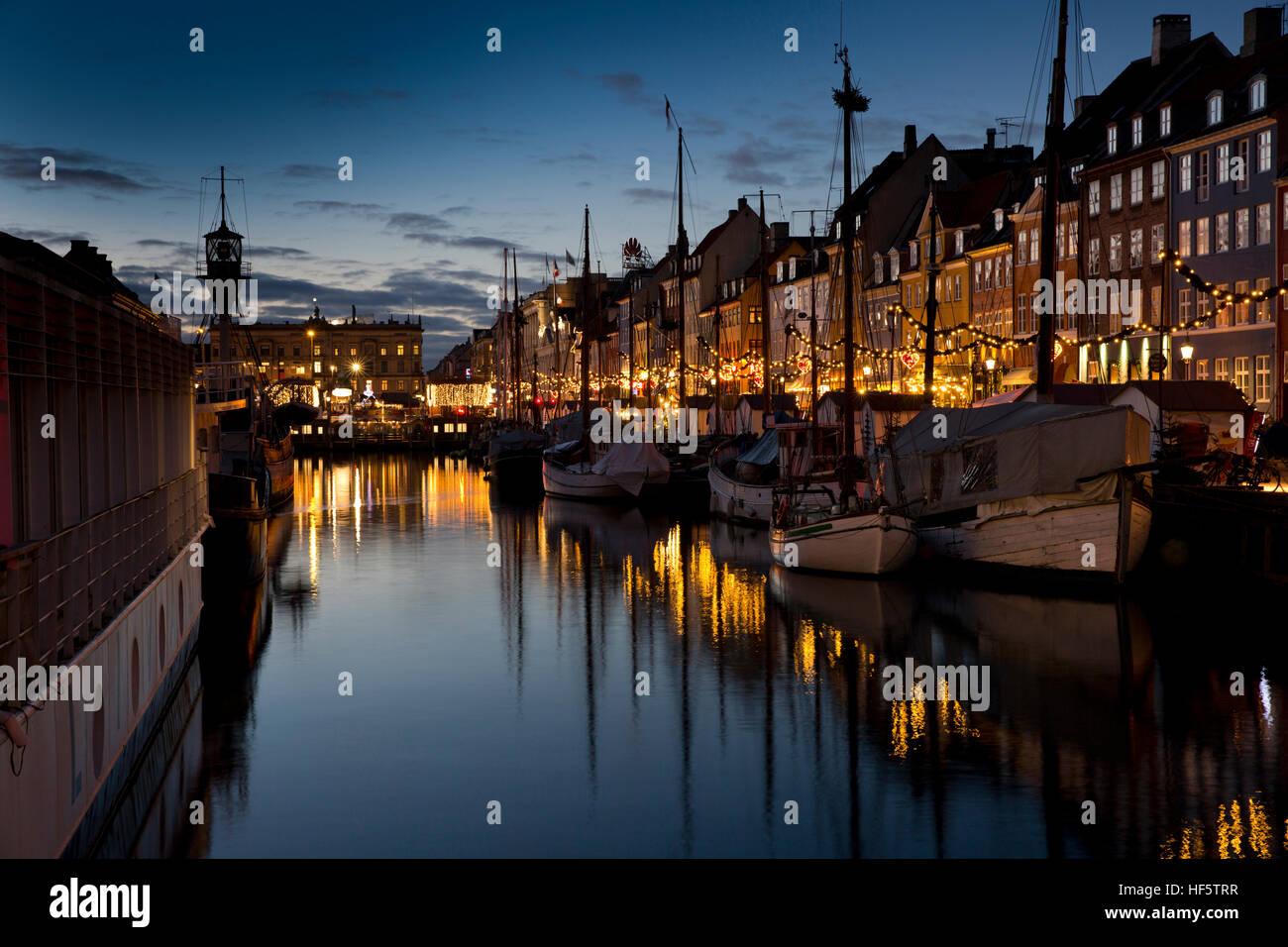 Danemark, copenhague, Nyhavn, hiver, bateaux amarrés au quai de nuit, reflétée dans l'eau Banque D'Images