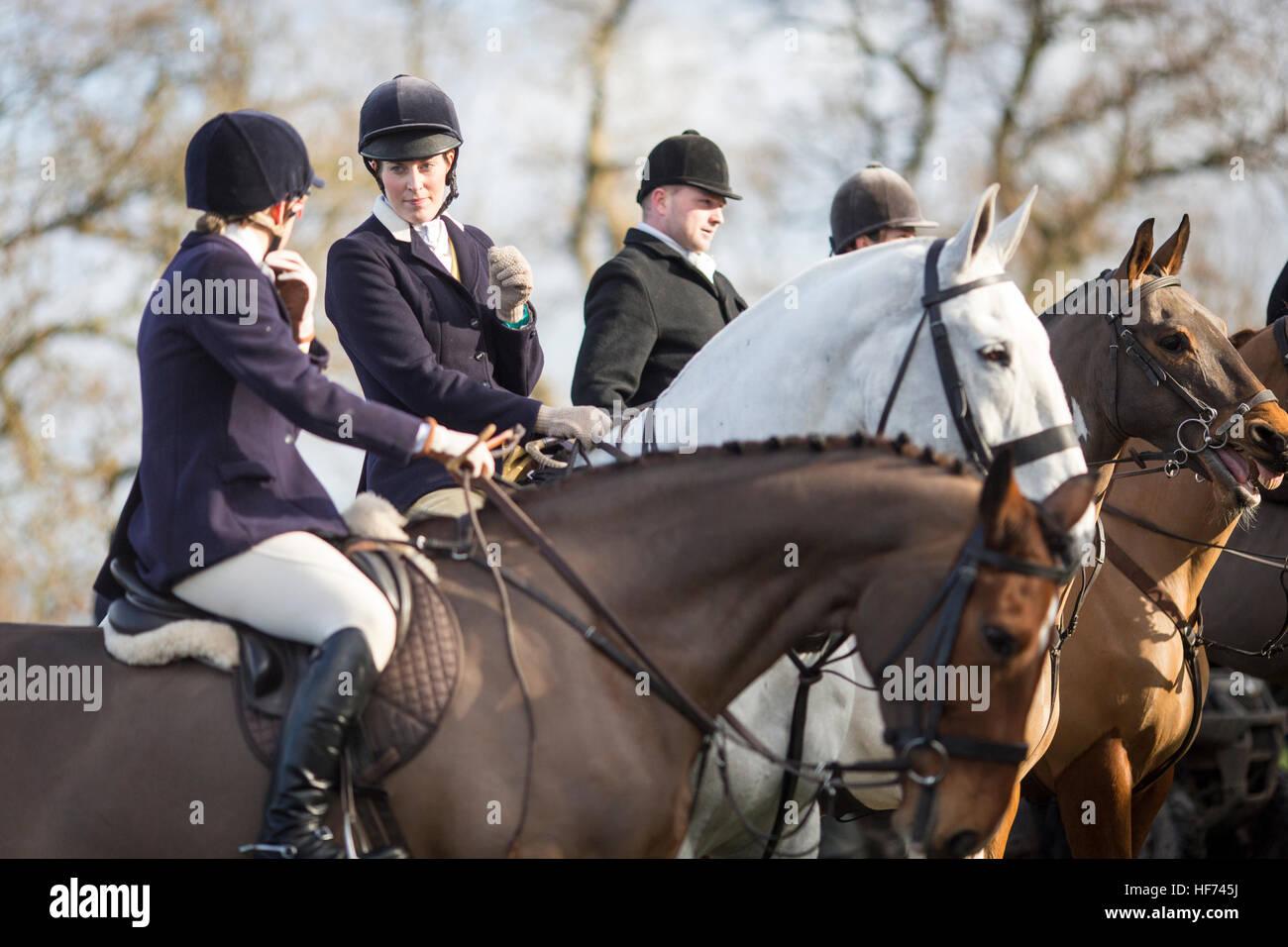 Faites glisser le Cheshire et chiens de chasse suit les ligne Doyen près de Wilmslow Cheshire , l'Angleterre Photo Stock