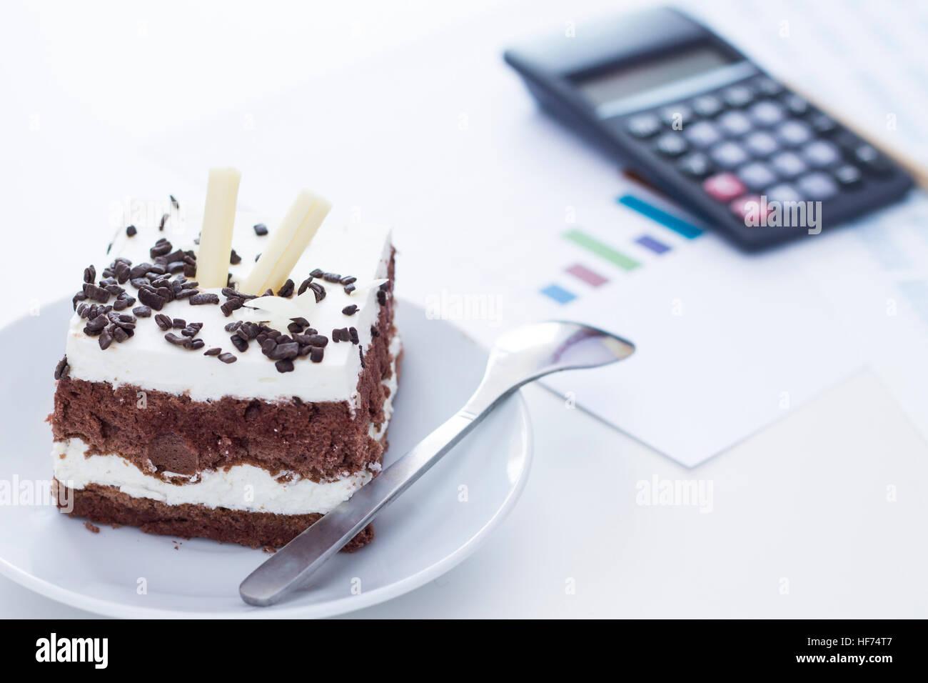 Temps pour quelque chose de sucré. Gâteau mousse au chocolat sur le bureau. Photo Stock
