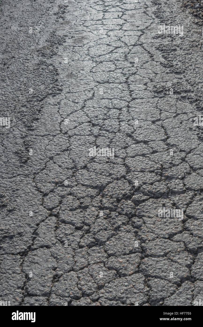 12.2005 / endommagé par le gel d'une surface goudronnée / rural country road in Cornwall, UK. Métaphore Photo Stock