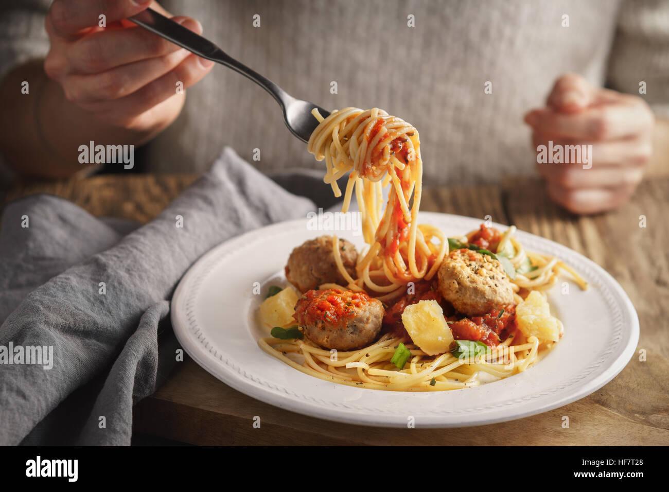 Woman eating spaghetti aux boulettes de viande et fromage l'horizontale Banque D'Images