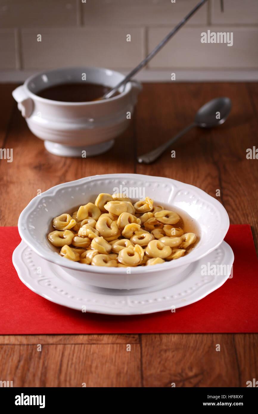 Tortellini au bouillon - Cuisine italienne traditionnelle Photo Stock