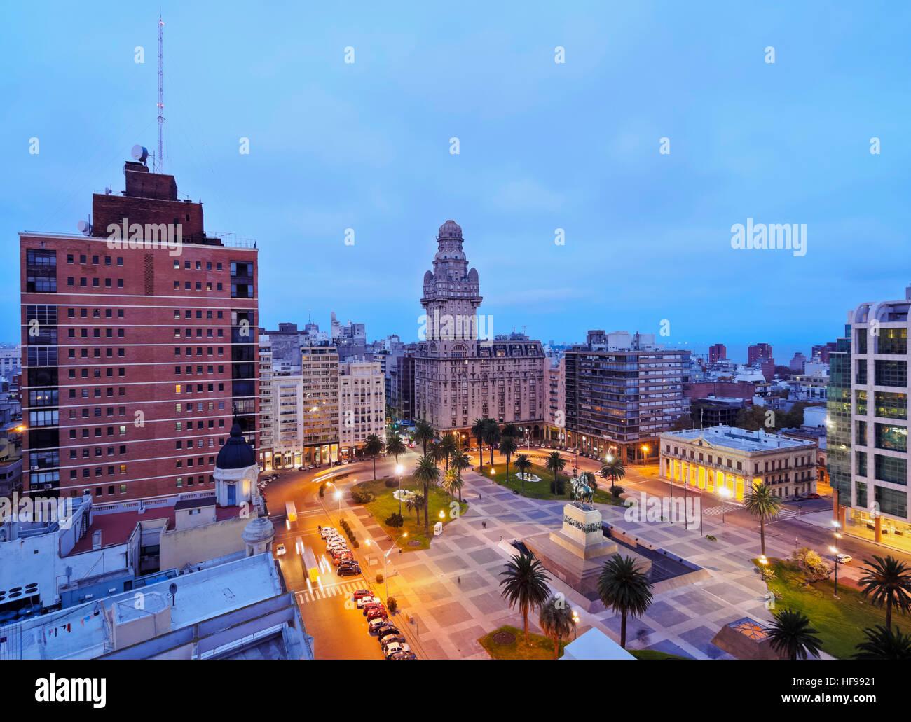 Vue sur la place de l'indépendance à la brunante, Montevideo, Uruguay Photo Stock