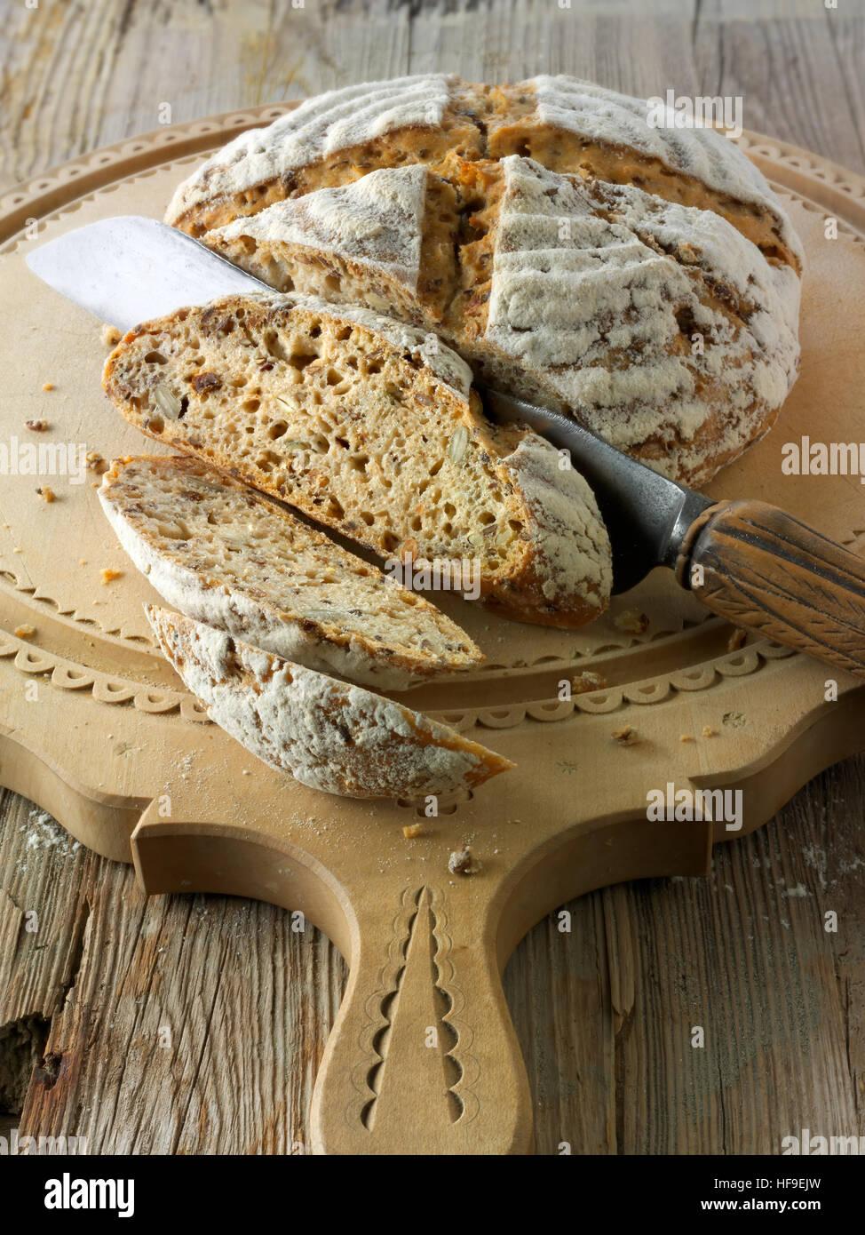 Artisan complet au levain Pain blanc avec des graines, de la farine de seigle malté Photo Stock
