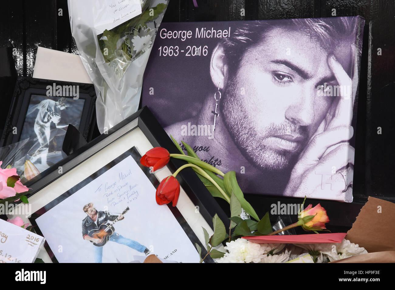 Hommages floraux à George Michael placés à l'extérieur de sa maison de Londres. Après sa mort le 25.12.16, The Grove, Highgate, Londres, Royaume-Uni Banque D'Images