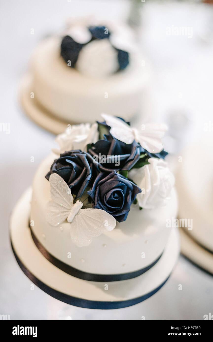 Trois gâteaux de mariage blanc avec décor floral bleu. Photo Stock