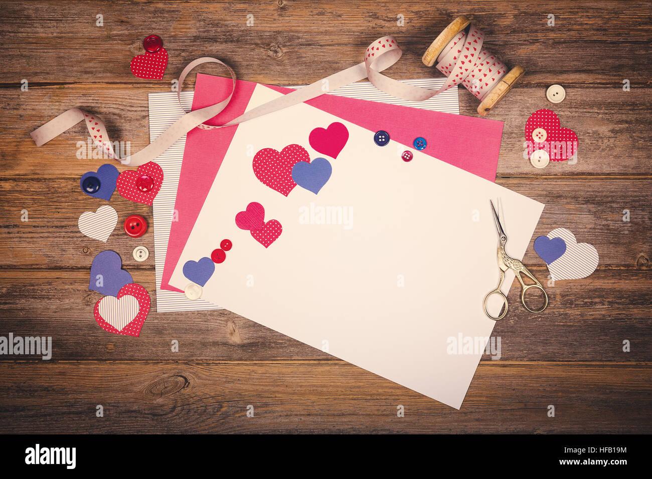 Un arrière-plan à thème scrapbooking vintage avec coeur, le papier kraft, ruban et boutons. L'espace Photo Stock