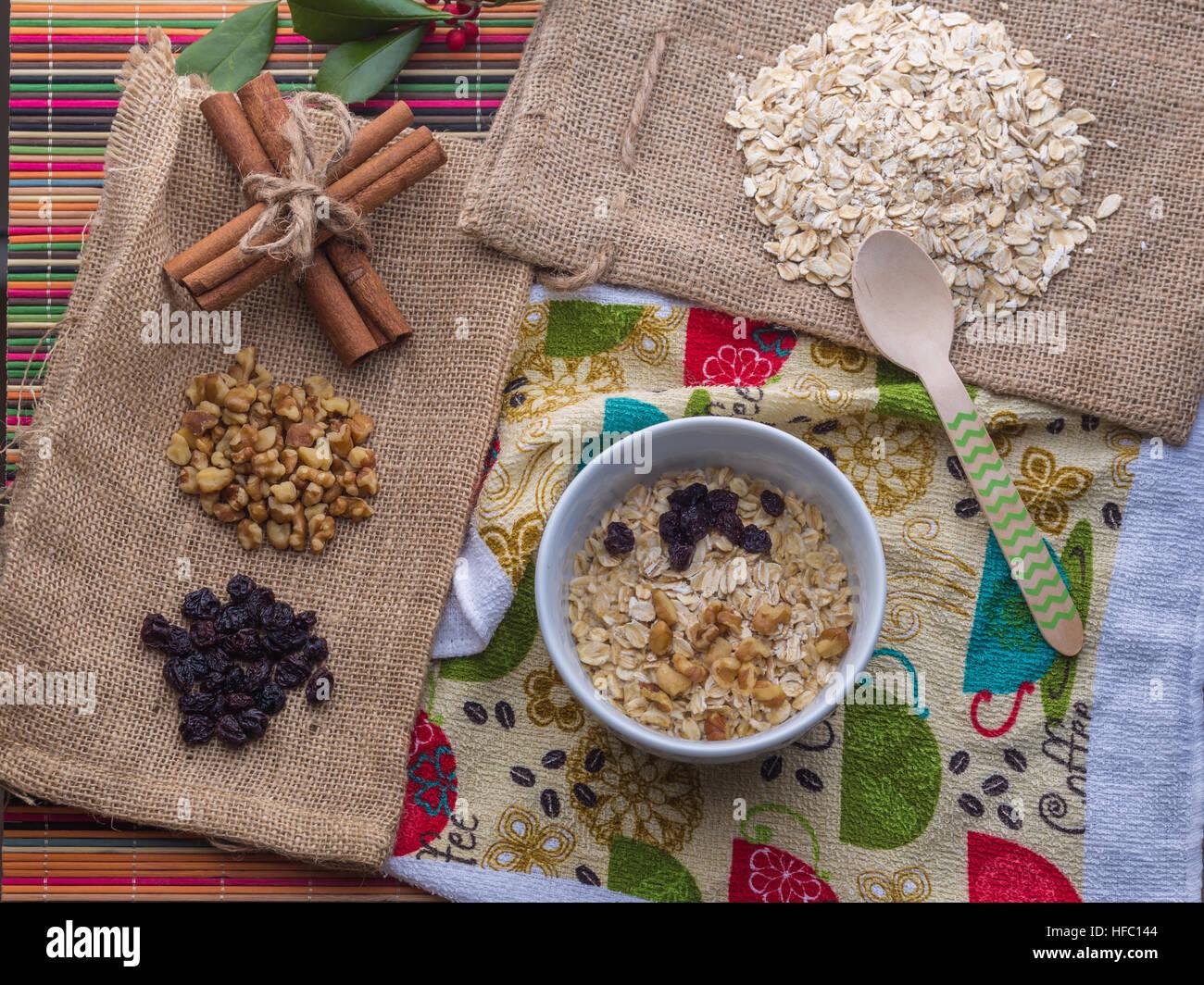 Dans le lait d'avoine avec des ingrédients de raisin, de noix, de bâtons de cannelle. Banque D'Images