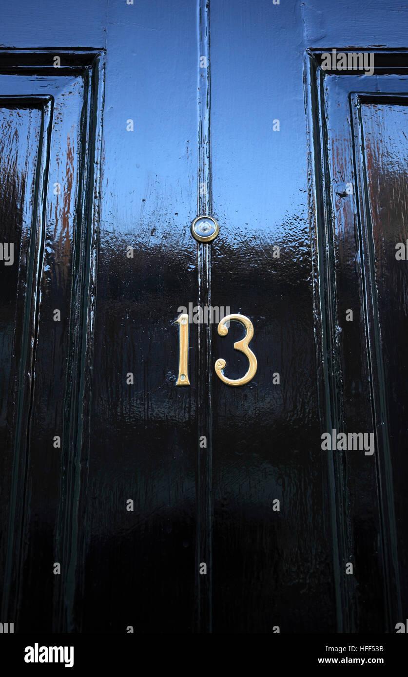 Porte avant peint en noir avec numéro treize. Photo Stock