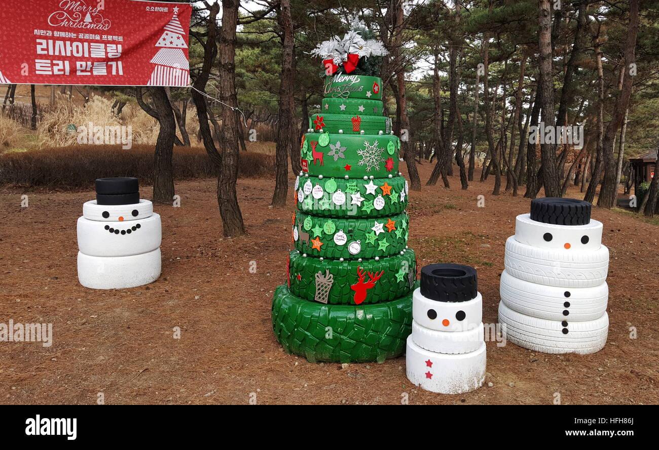 Séoul, Corée du Sud - 31 décembre 2016: un arbre de Noël et des bonhommes faits de pneus dans le parc Namsan. Stanislav/Varivoda TASS Banque D'Images