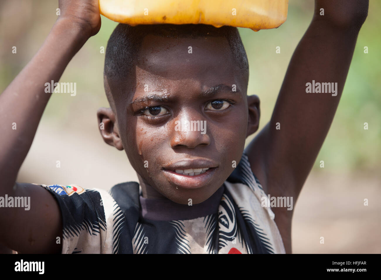 Village de Koumban, Guinée, 2 mai 2015; Alama Sékou Condé, 48 ans, défrige son champ pour planter du riz, de l'igname Banque D'Images