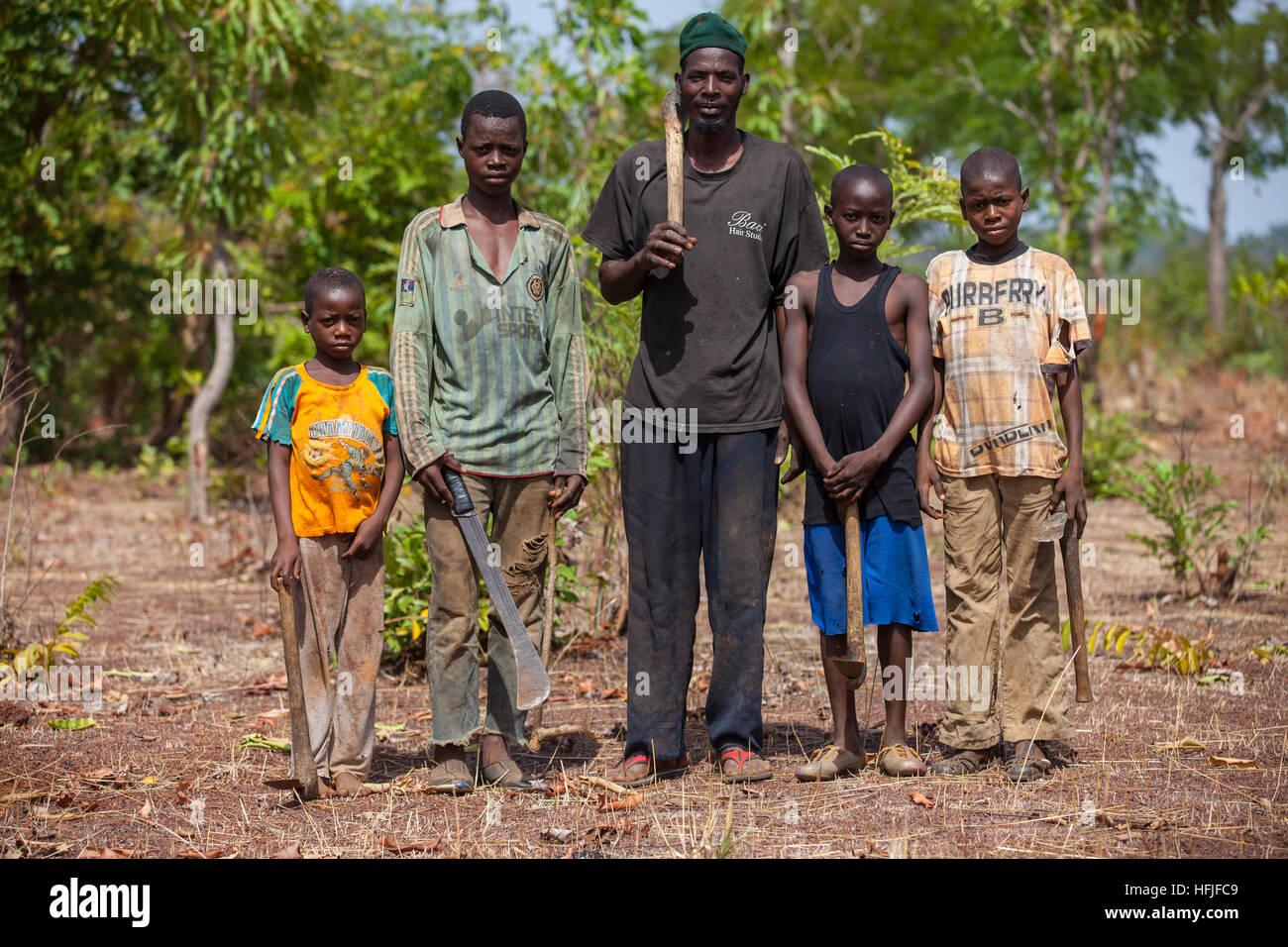 Koumban village, Guinée, 2 mai 2015; Francely Traoré, 48 ans, a toujours été un agriculteur. Il a son domaine de Banque D'Images