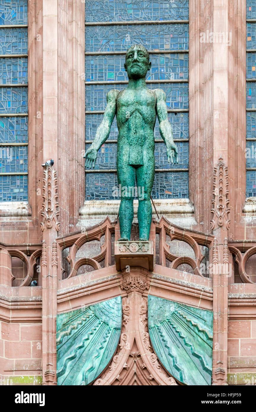 Le Christ accueillant par Elisabeth Frink au-dessus de la porte de l'ouest de la cathédrale de Liverpool. Photo Stock