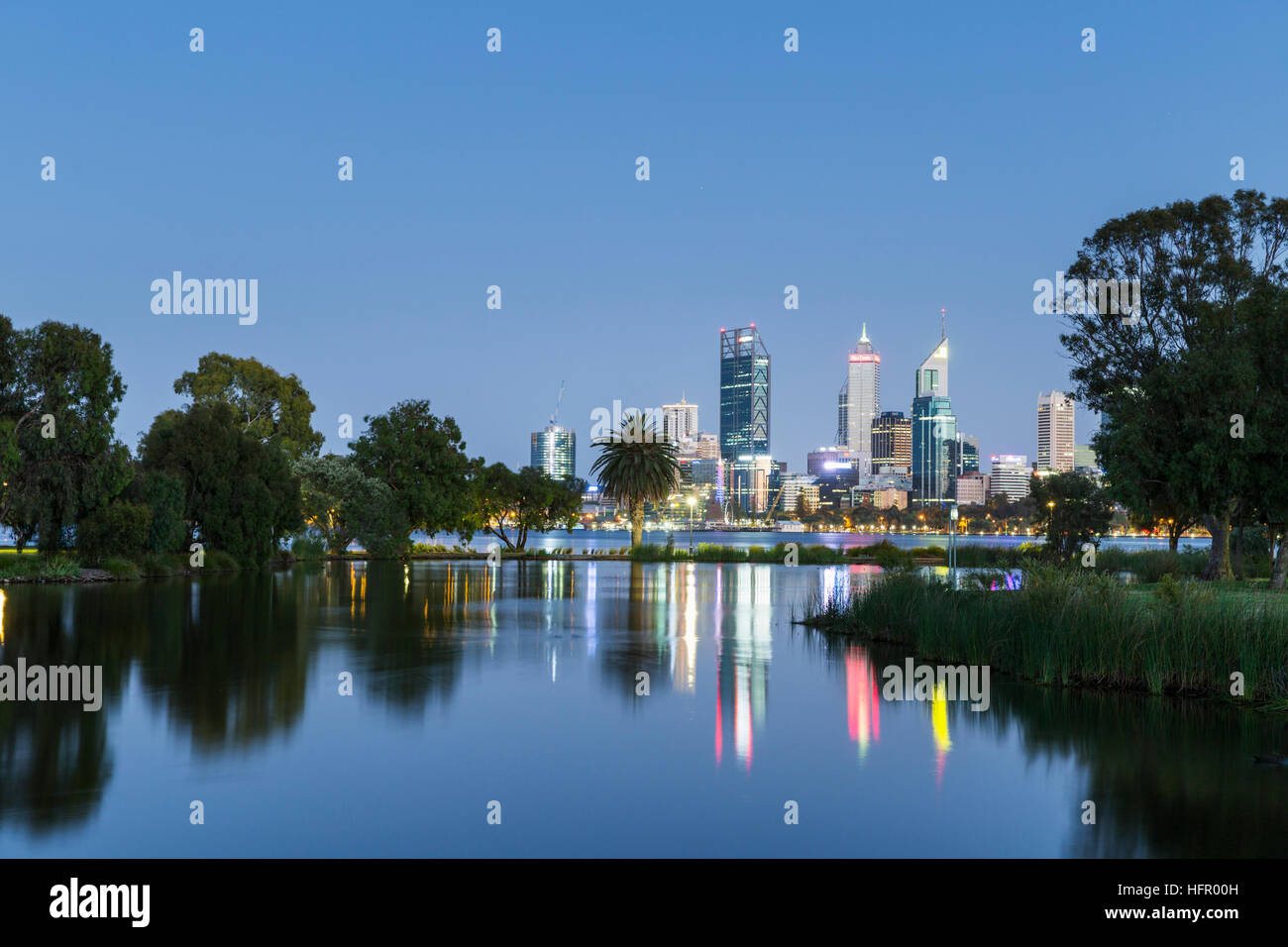 Vue sur St James Mitchell Park et le fleuve Swan à l'horizon de la ville au crépuscule, Perth, Western Australia, Banque D'Images