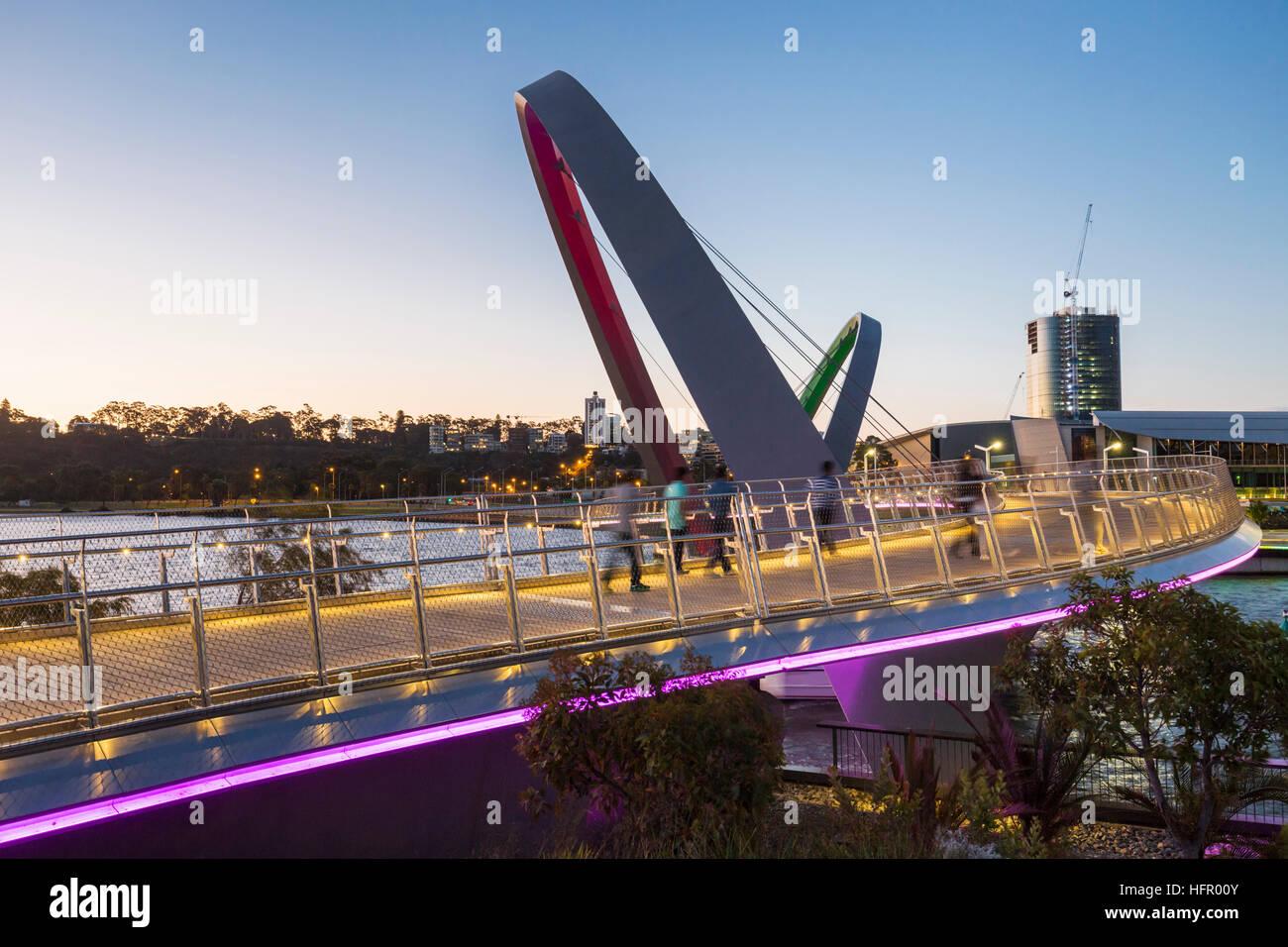 Vue crépusculaire le long du quai Elizabeth pont piétonnier, Perth, Western Australia, Australia Banque D'Images