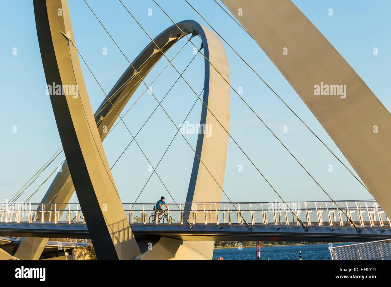 Le passage des cyclistes quai Elizabeth bridge sur la rivière Swan, Perth, Western Australia, Australia Banque D'Images