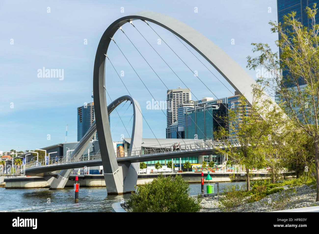 L'Elizabeth Quay passerelle pour piétons sur la rivière Swan, avec l'horizon de la ville au-delà, Perth, Western Banque D'Images