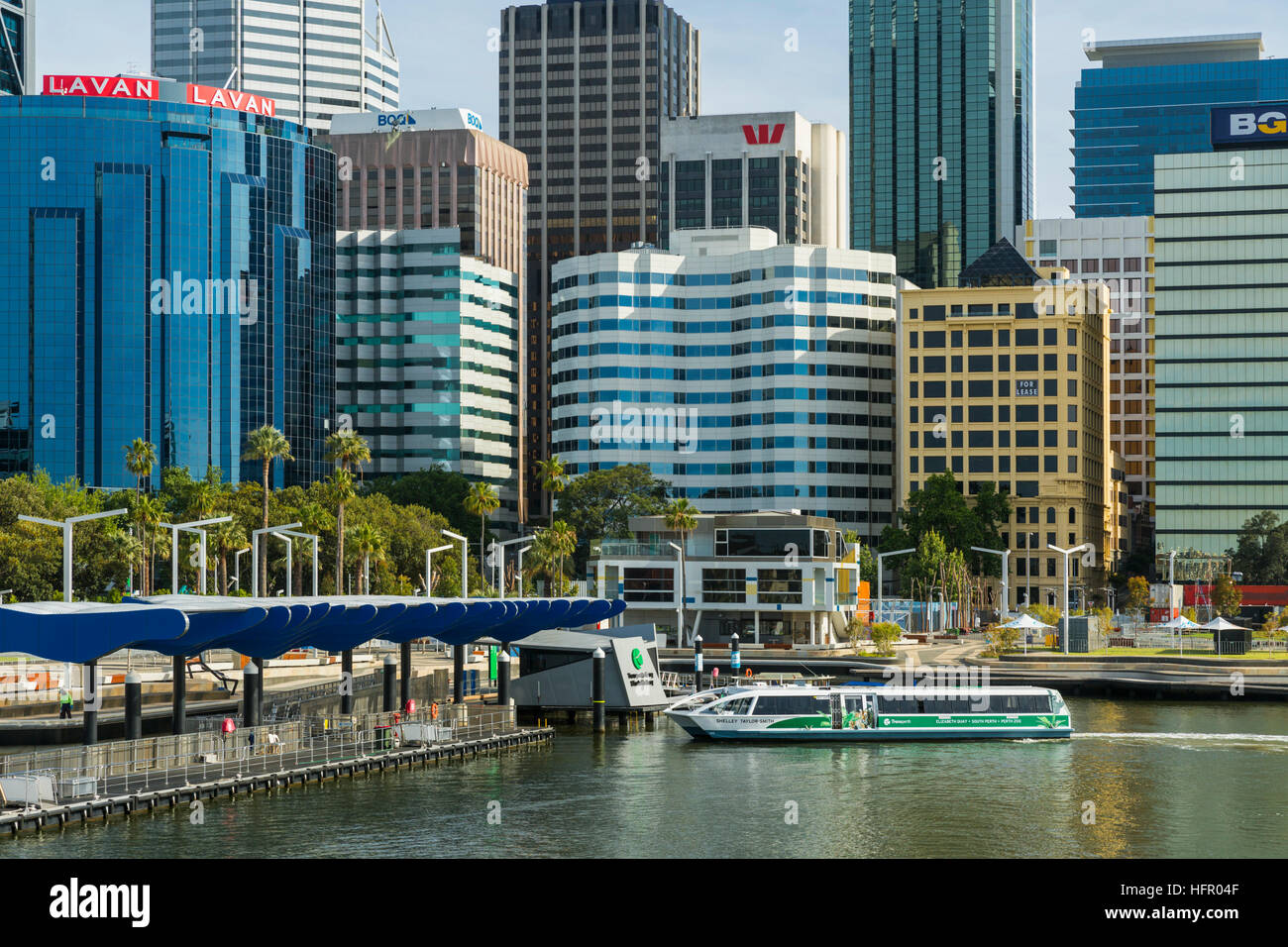 Un traversier de la rivière Swan arrivant à Elizabeth Quay ferry terminal avec l'horizon de la ville au-delà. Perth, Banque D'Images
