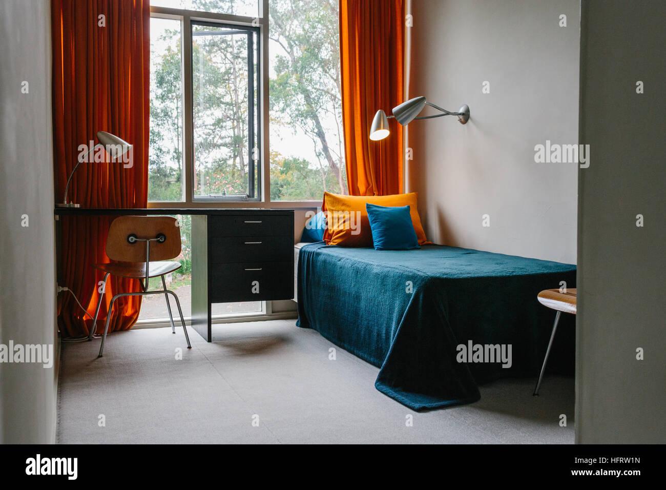 Lit simple et un bureau dans une chambre à rose seidler maison