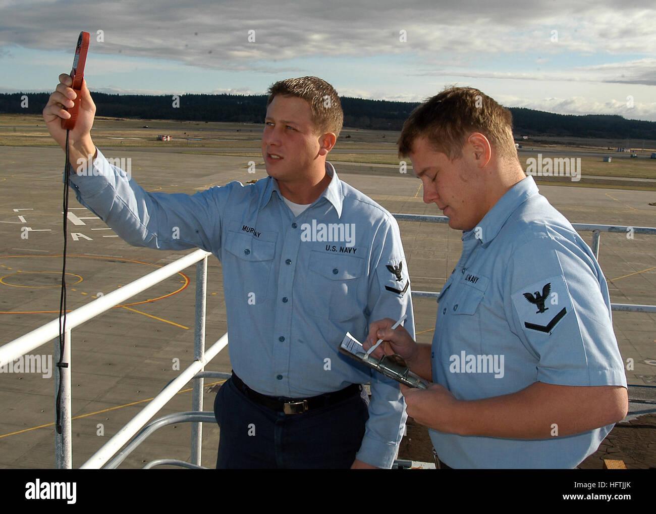 070327-N-6247M-011 Oak Harbor, Washington (27 mars 2007) -'Aérographe 4400 3 classe Bryan Murray, l'aérographe Photo Stock