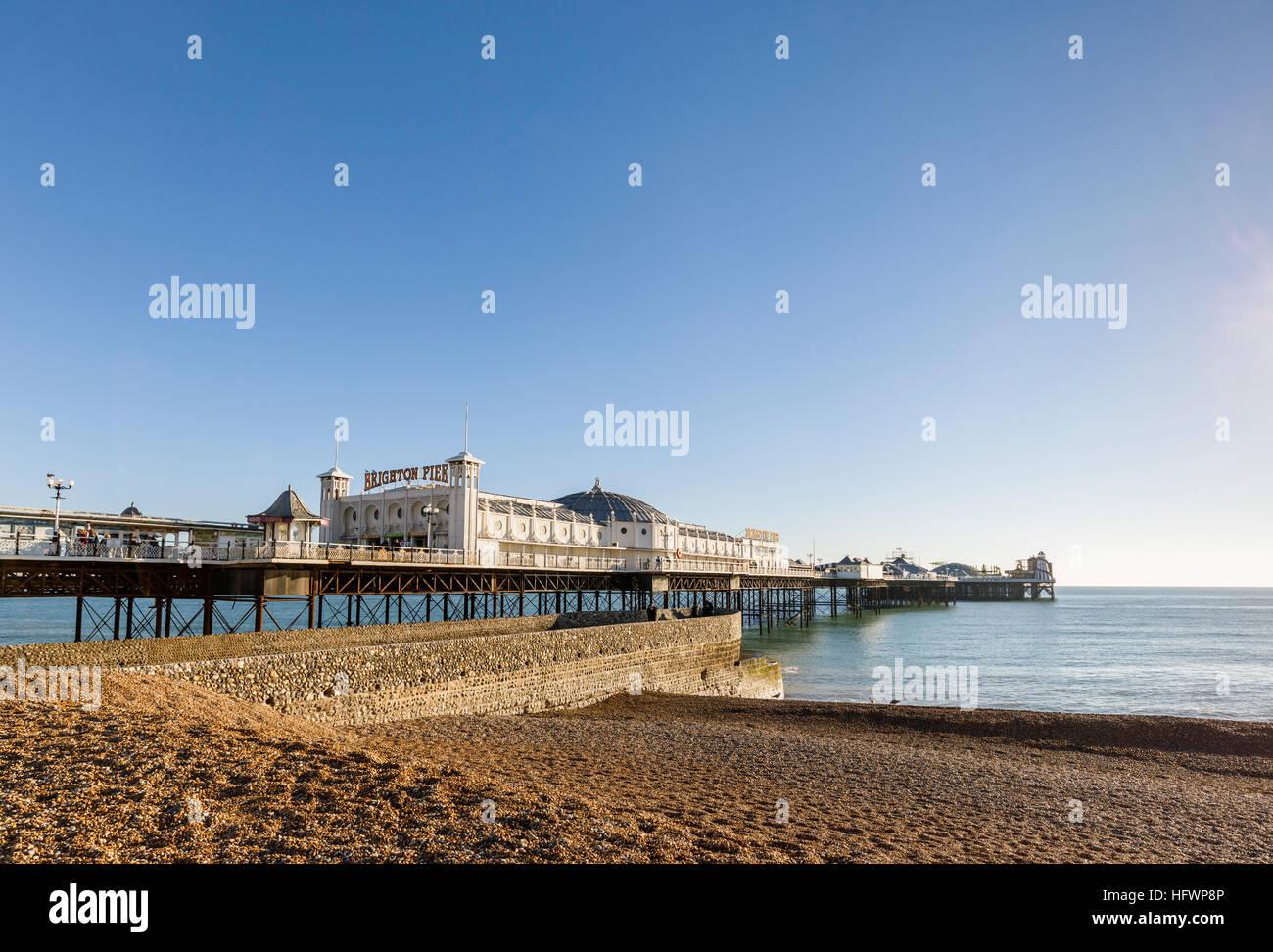 Le Victorian Palace Pier de Brighton et de galets désertes de Brighton Beach sur une journée d'hiver Photo Stock