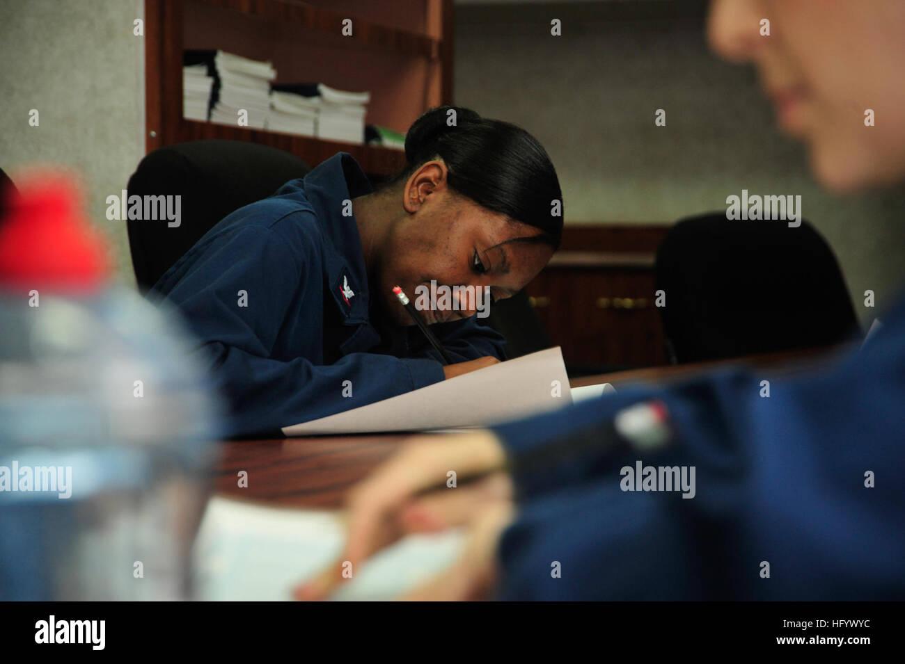 110627-N-VL413-078 OCÉAN PACIFIQUE (27 juin 2011) Maître de Manœuvre 3 Classe Latoya communes prend l'aptitude Photo Stock