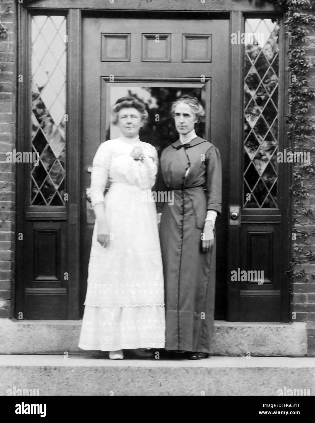 ANNIE JUMP CANON (1863-1941) astronome américain à gauche avec collègue astronome Henrietta Swan Levitt en 1913. Photo: Harvard College Banque D'Images