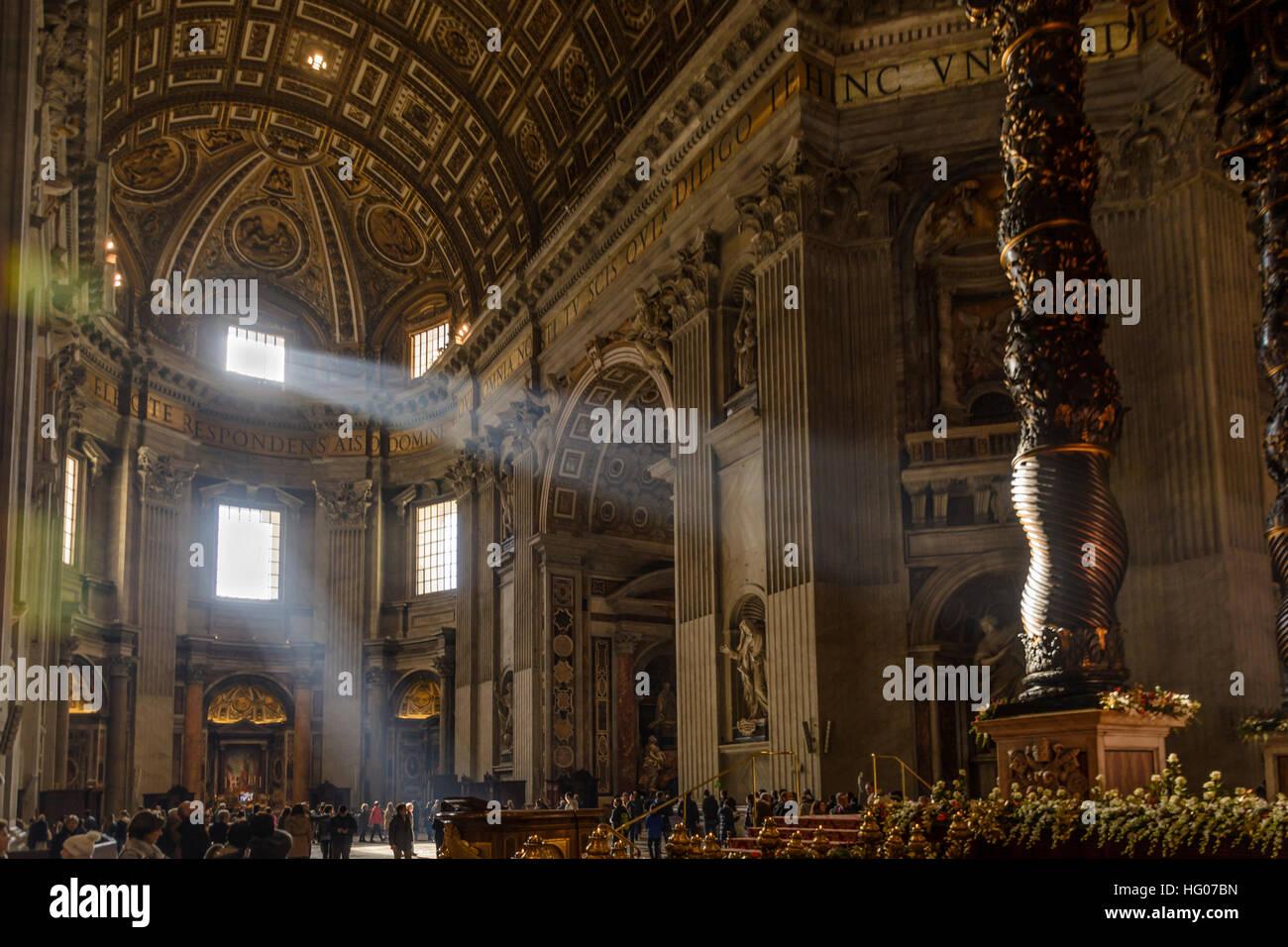 Rayons de soleil brillant à travers une fenêtre dans la Basilique St Pierre dans la Cité du Vatican, Photo Stock