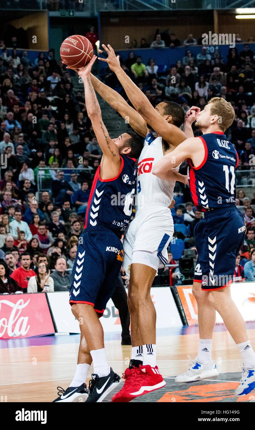 Vitoria, Espagne. 3 janvier, 2017. Anthony Randolph (Real Madrid) essaie de voler la balle à Adam Hanga (baskonia) Photo Stock