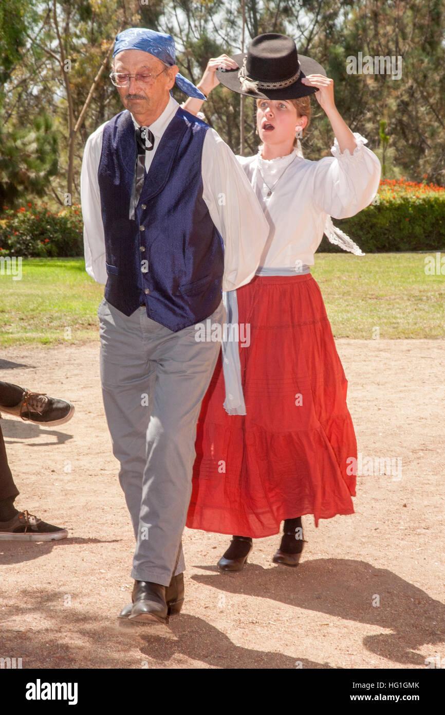 Habillés comme des vieux temps Espagnol Les Californiens, un professeur de danse et d'étudiants d'effectuer Photo Stock