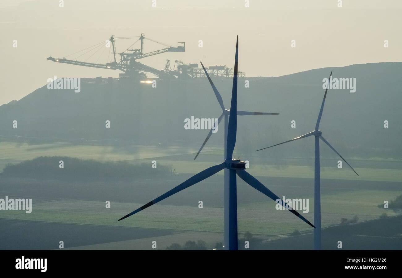Vue aérienne, le lignite à l'excavateur Niederzier Hambach aux éoliennes, les sources d'énergie Photo Stock
