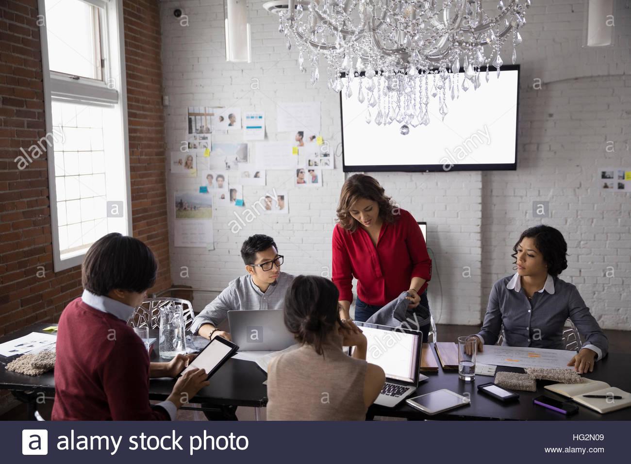 Designers hispaniques réunion à l'aide d'un ordinateur portable dans la salle de conférence Photo Stock