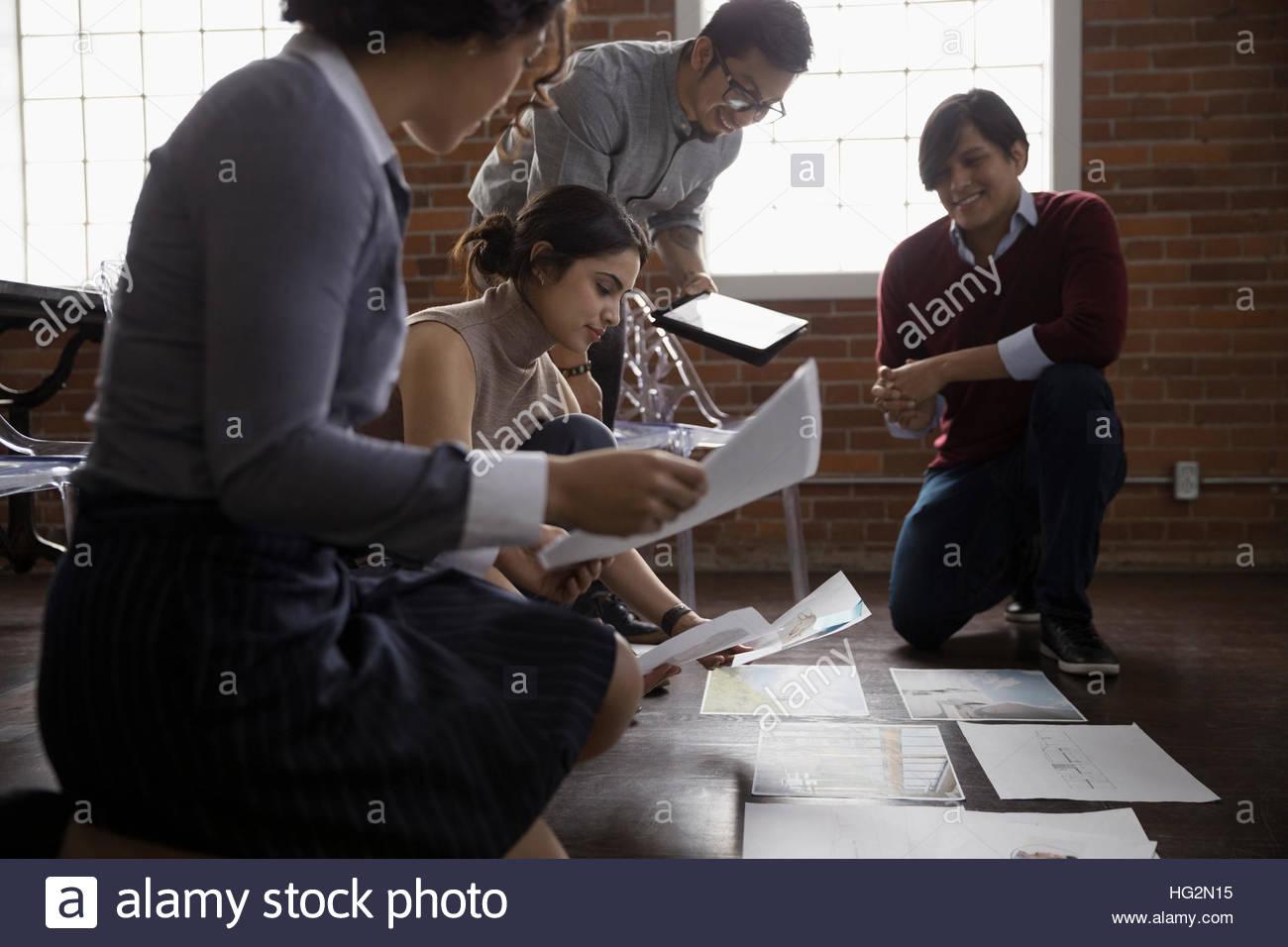 Les concepteurs d'origine hispanique et de réflexion réunion l'examen de preuves dans la salle Photo Stock