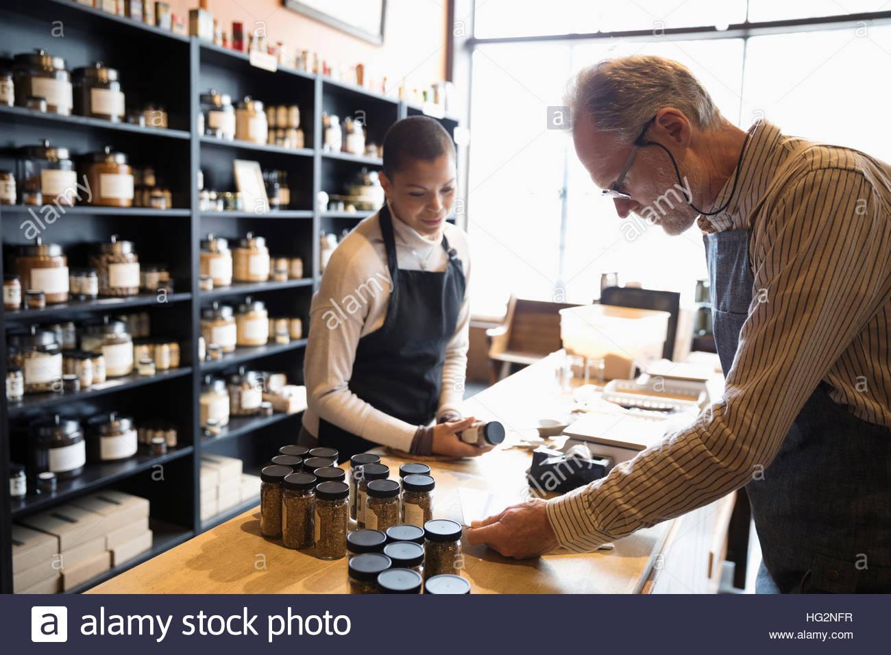 Les propriétaires de boutiques d'épices qui travaillent à lutter contre la prise d'inventaire Photo Stock