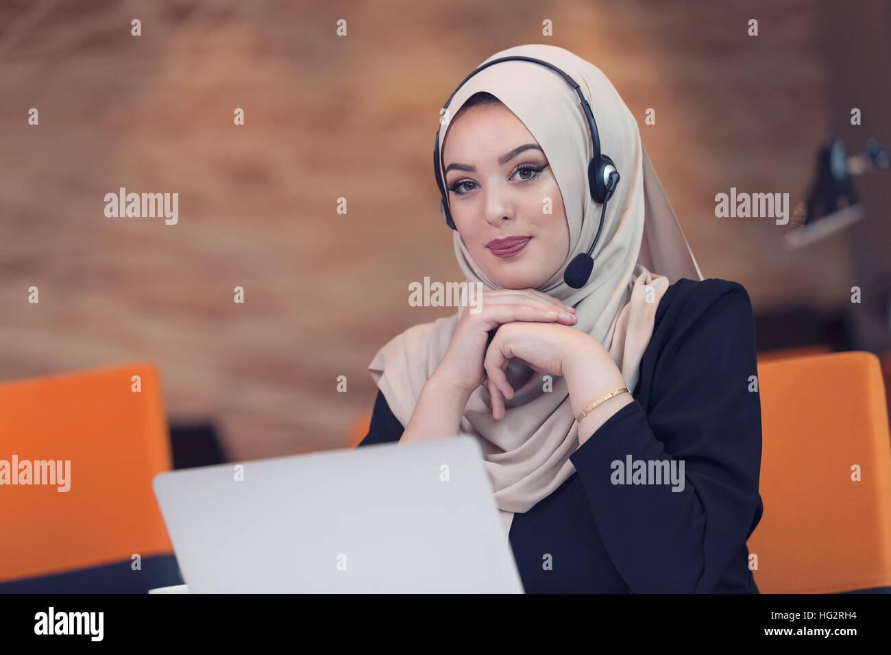 Happy smiling réussie l arabe est de l inde d affaires ou