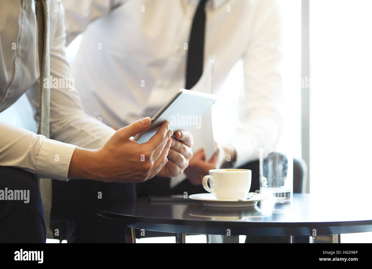 Close-up of a modern business team using tablet computer de travailler avec les données financières. Banque D'Images