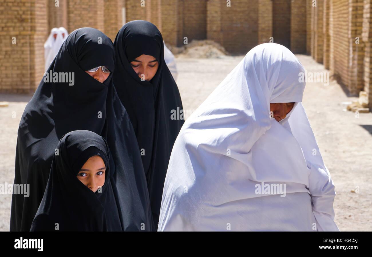 Différentes générations, différents points de vue, grand-mère en tchador blanc et les femmes Photo Stock